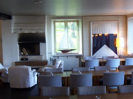 Hotel J: lounge with fireplace, breakfast room