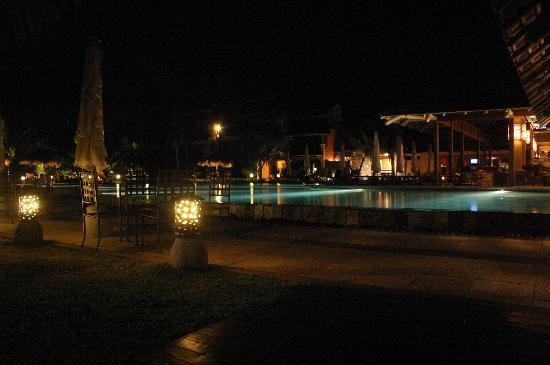 Heritage Awali Golf & Spa Resort: Pool area outside the bar