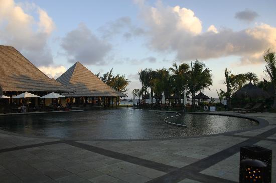Heritage Awali Golf & Spa Resort: Towards the bar at dusk