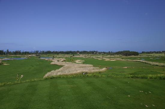 Heritage Awali Golf & Spa Resort: The first hole on the left, the 18th down the right