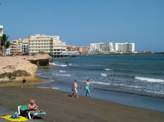 Teneriffa, Spanien: View of beach towards El Medano Hotel (yellow building)