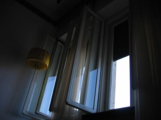 Hotel Bellevue Split: high windows and tacky lampshade in room