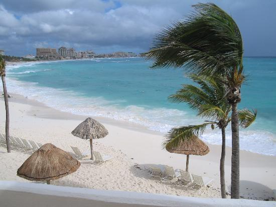 Club Med Cancun Yucatan : Beach from Dolce Hogar Rooms Bldg.
