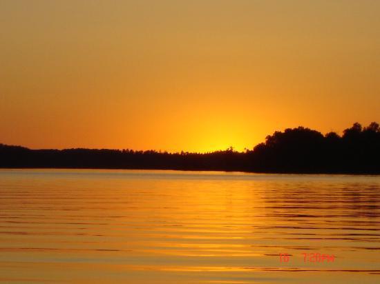 Silver Rapids Lodge: Sunset on nearby Shagawa Lake