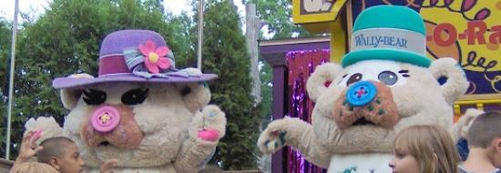 Erie, Pensylwania: Wally Bear & Wendy Bear perform at the ShowTime Theater