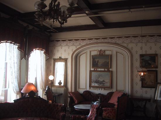 Adelphi Hotel: Second floor parlor that leads to piazza