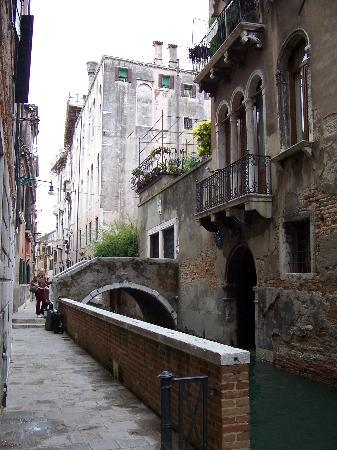 Hotel Al Ponte Mocenigo: The bridge and main entrance