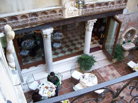 Hotel Al Ponte Mocenigo: View of the courtyard from balcony of Junior Suite