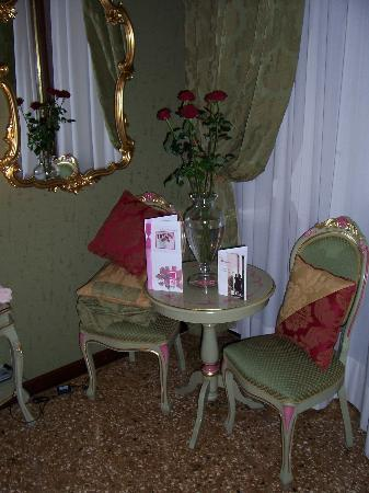 Hotel Al Ponte Mocenigo: Pleasant interior of Room 5