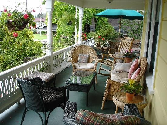 Adagio Inn: Upstairs Patio Overlooking Front Garden