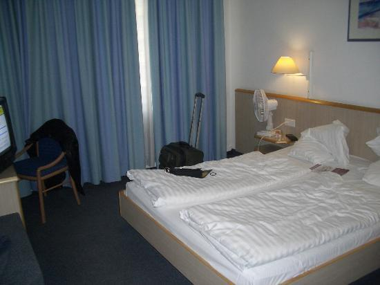 IntercityHotel Stuttgart: The room. Not too small, but not huge either.