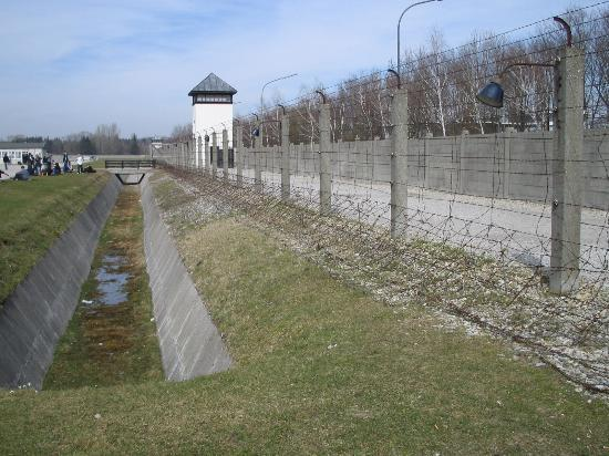Concentración de Dachau Memorial del sitio de Camp: Dachau Concentration Camp fence once electrified to prevent prisoner escape