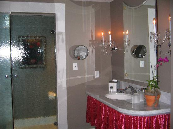 Mansion on Forsyth Park, Autograph Collection: The bathroom and vanity area