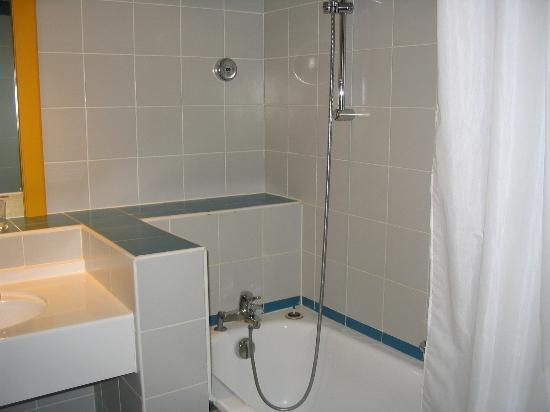 Aquabella Hotel: Bathroom View 1