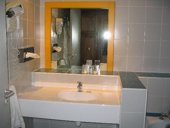 Aquabella Hotel: Bathroom View 2