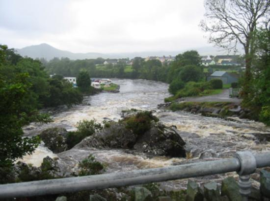 Bank House Sneem: The river running through Sneem and the local campground