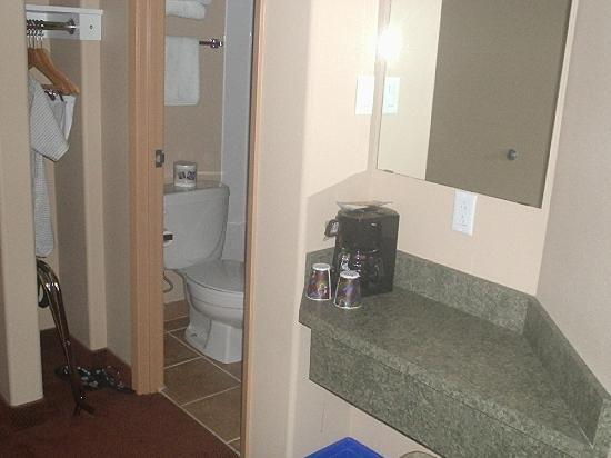 Super 8 St Johns: bathroom, and coffe maker