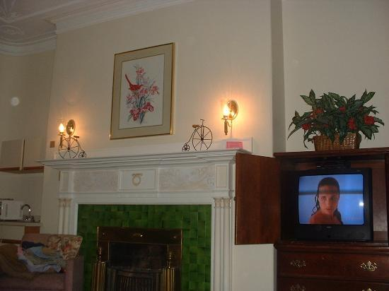 463 Beacon Street Guest House: Room No1 TV