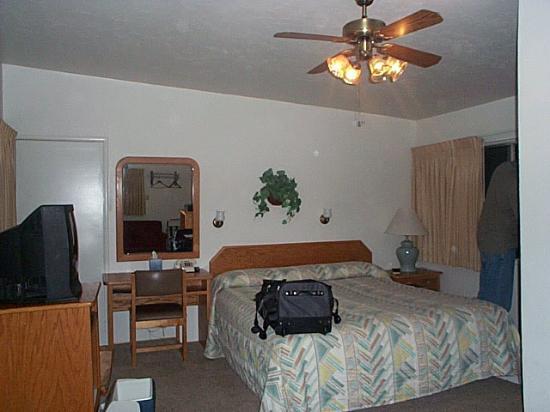 Buckeye Tree Lodge: Room #2, facing other way