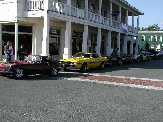 Riverview Hotel: Classics in front of the hotel