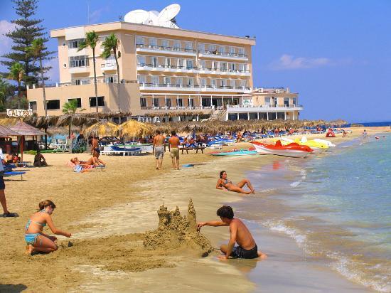 Arkin Palm Beach Hotel: On the beach