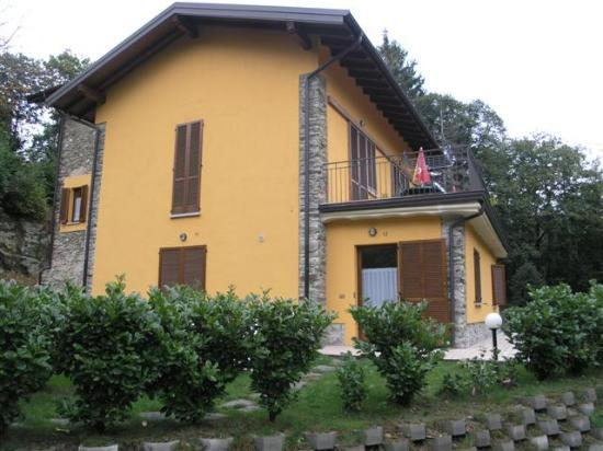 Pallanza, İtalya: The building our room was located in