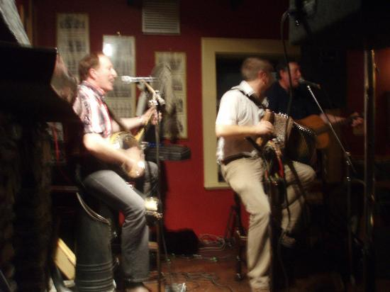 Virginia's Guesthouse Kenmare: music in pub at Kenmare