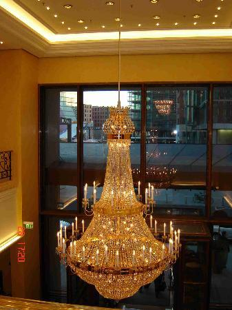 The Ritz-Carlton, Berlin: Lobby chandelier, the leader of the multi thronged pack