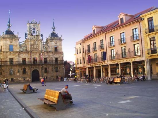 Astorga, Spain: Astur Plaza and square