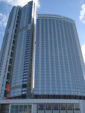 Four Seasons Hotel Hong Kong : hotel exterior