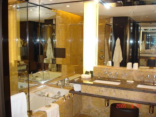 Four Seasons Hotel Hong Kong : bathroom