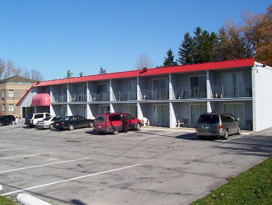 Owen Sound Inn: Front Of Hotel