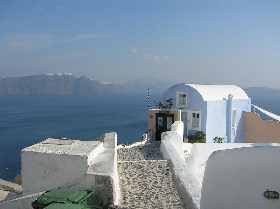 Art Maisons Luxury Santorini Hotels Aspaki & Oia Castle: Walking down to Art Maison