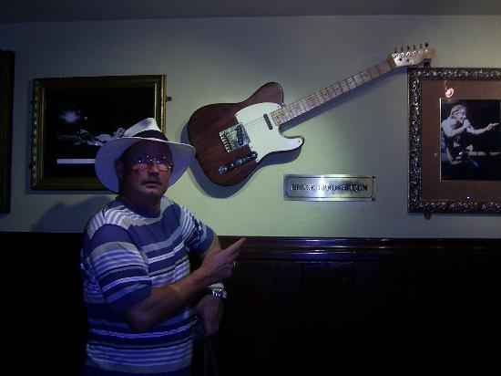 Hard Rock Cafe : Stevie with The Boss's Guitar