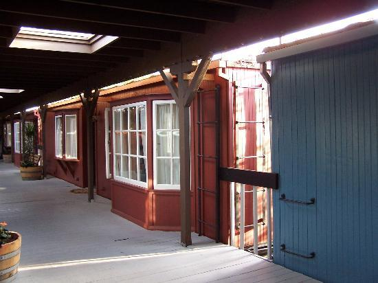 Napa Valley Railway Inn: Outside box car room