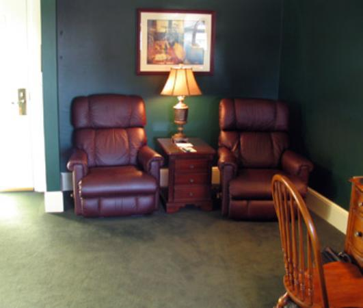 St. Brendan's Irish Inn: sitting area