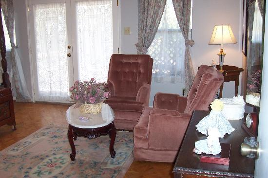 Highpoint Manor Inn: The sitting area in our room