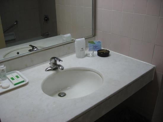 بكين رينبو هوتل: Bathroom 1