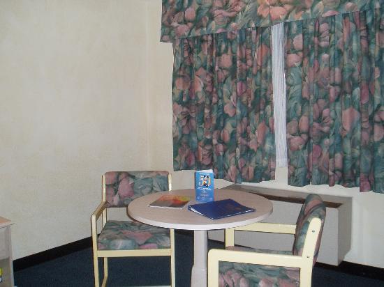 The Katella Palms Hotel at Disneyland Resort: sitting area