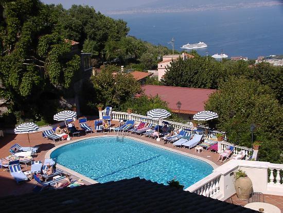 هوتل جاكارينو: The pool from our room