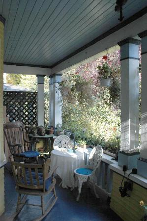 Ashby House Bed & Breakfast: Front porch -- excellent place to relax and people watch