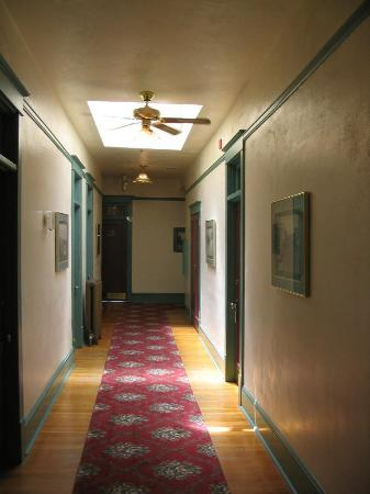 Hood River Hotel: Upstairs hallway