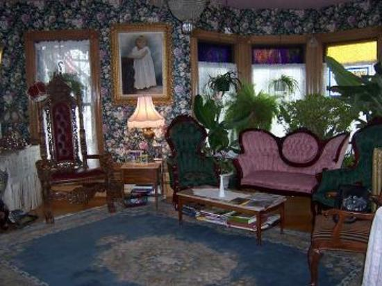 The Lion and the Rose Bed and Breakfast: sitting room