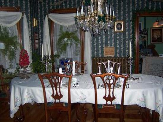 The Lion and the Rose Bed and Breakfast: dining room