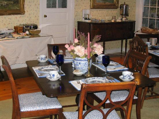 Garden Gables Inn: Charming breakfast area