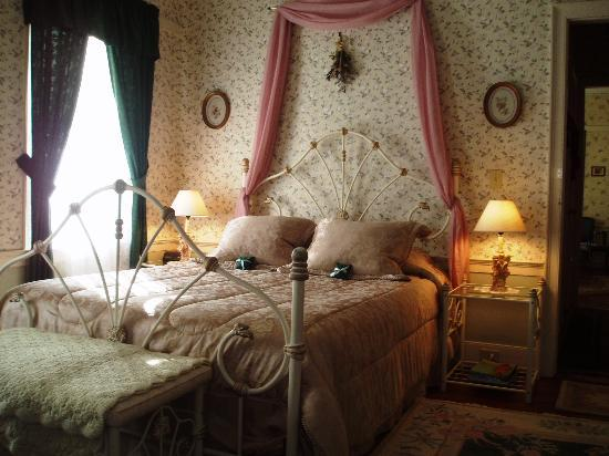 Hummingbird's Home Bed and Breakfast: Magnolia room