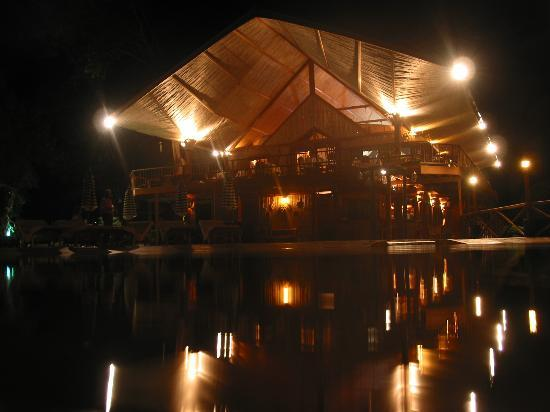 Hacienda del Mar: lodge at night