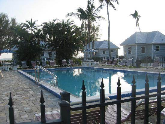 Shalimar Cottages and Motel: pool