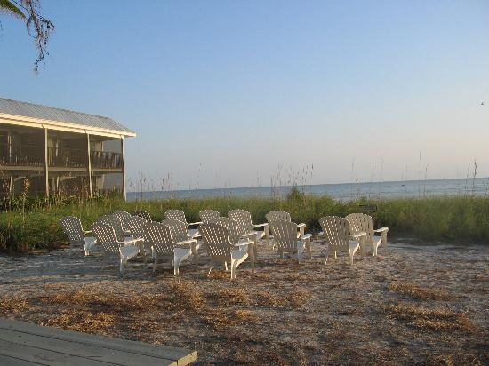Shalimar Cottages and Motel: Chairs by the beach
