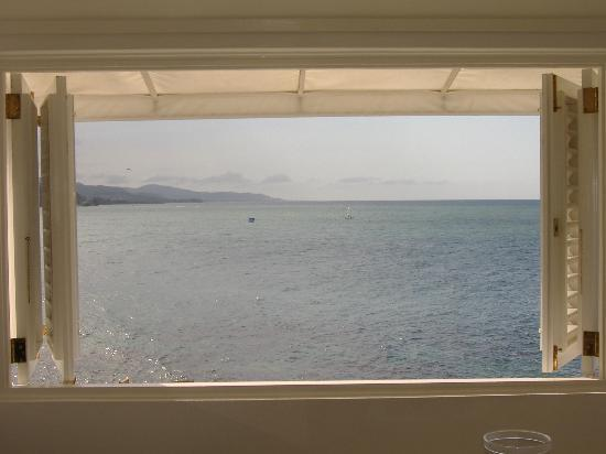 Round Hill Hotel & Villas: Looking out on the bay